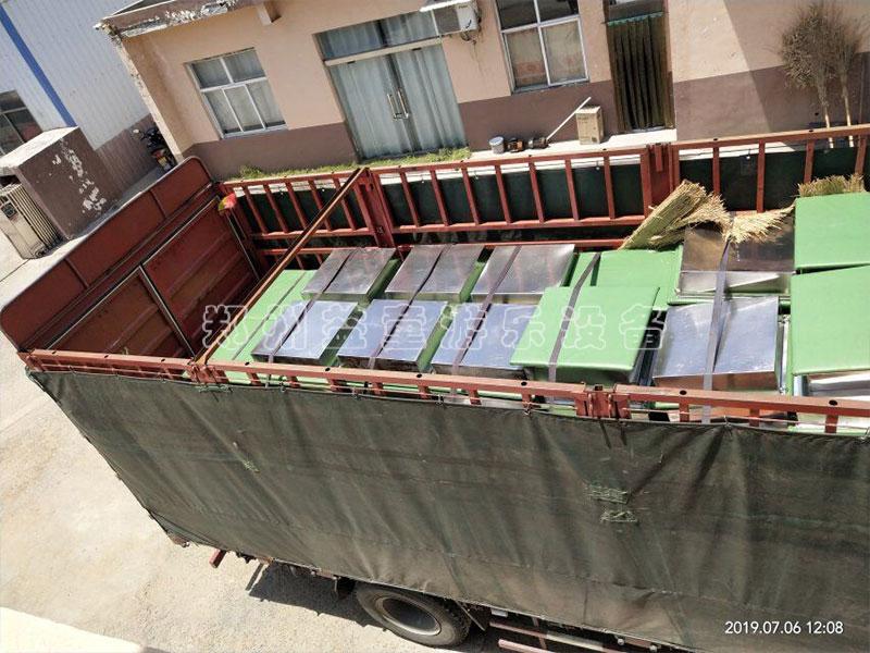 水上拓展设备和网红qiao装车完毕