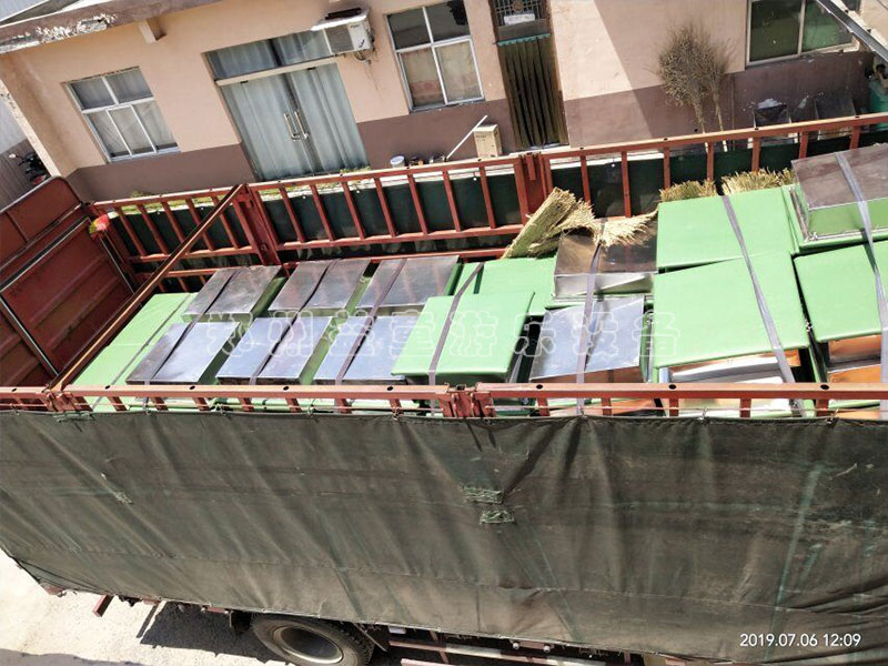 水上拓展设备和网红qiao装车现场